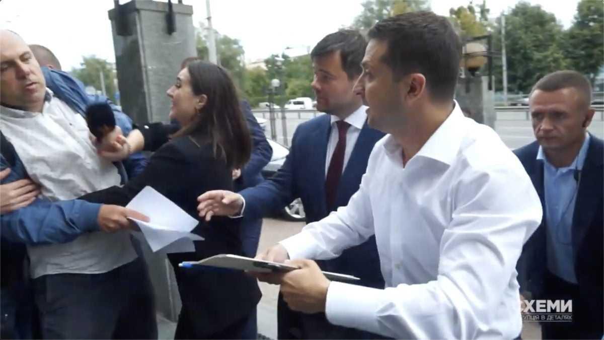 Мендель толкалась и пыталась вырвать микрофон у журналиста, который хотел задать вопросу Зеленскому